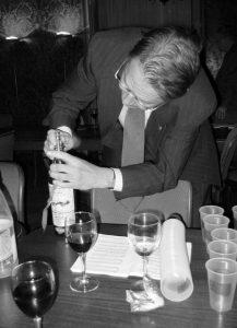 Vuoden 1964 puheenjohtaja Kari Ebeling ja kuuluisa Carron Companyn lahjaviski